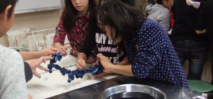 小学校の授業で「藍の百人染め」